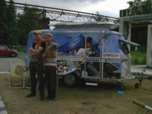 Peter Bijl und Tjerk Ridder mit Hundedame Dachs vor ihrem Wohnwagen; v.l.n.r. (Foto: Claus Stille)