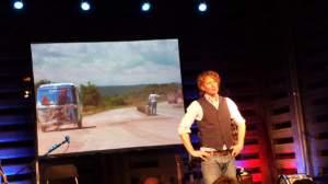 """Niederländische Aufführung von """"Trekhaak Gezocht!"""". Rechts im Bild Tjerk Ridder im Herman-van-Veen-artscenter auf De Paltz; Foto: Claus-D.Stille"""