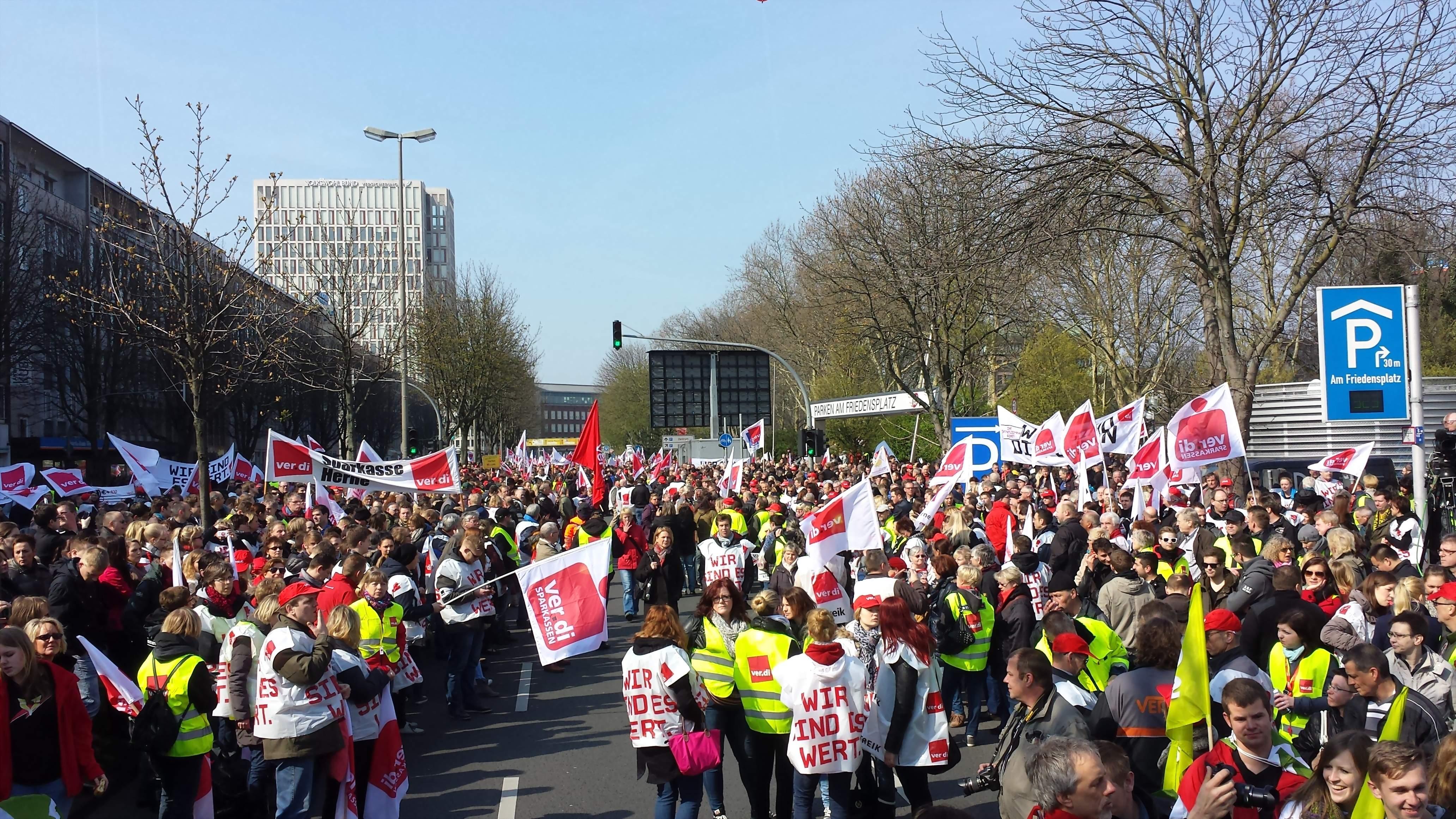 Was bewirken Streiks heutzutage? Große Gewerkschaften - hier ver.di - holen aller zwei Jahre gerade mal einen Inflationsausgleich für ihre Mitglieder heraus. Foto: Claus Stille