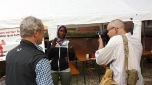 Fatuma erzählt im Kirchhof ihre Geschichte