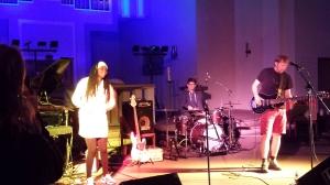Eine der Flüchtlingssfrauen musiziert mit Heinz Ratz