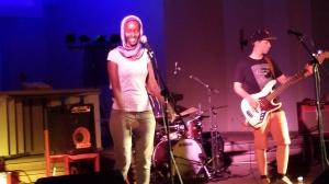 Fatuma singt von Heinz Ratz begleitet