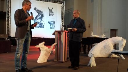 Pfarrer Friedrich Laker (links) in der Dortmunder Pauluskirche begrüßt Eugen Drewermann (rechts im Bild); Fotos: C.-D. Stille
