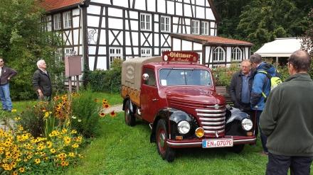 Hier ein historischer  Framo-Transporter vor der Kulisse des Landgasthauses; Fotos: C. - D. Stille