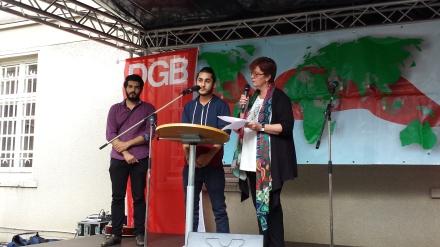 Martina Plum (rechts) interviewt Peyman Azhari (links) und Mohamad Alkadah (Mitte) anläßlich einer Veranstaltung zum Antikriegstag; Foto: C. - D. Stille