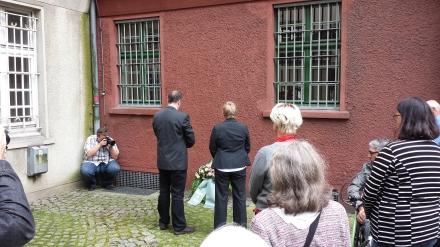 Kranzniederlegung für die schwulen und lesbischen Opfer der Nazidiktatur und Schweigeminute.