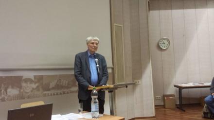 Eckart Spoo stellt sich nach seinem Referat den Fragen des Publikums; Foto: C.- D. Stille