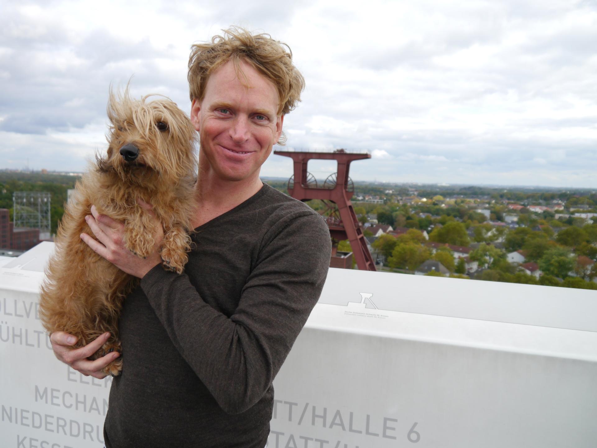 Tjerk Ridder mit Hund Dachs auf dem UNESCO-Weltkulturerbe Zeche Zollverein in Essen; Foto via Zollverein
