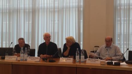Auf dem Podium in Dortmund (v.l.n.r): Wolf Stammnitz (DIE LINKE), Manfred Koch (Moderation), Frank Cleve (Attac) und Martin Nees (ver.di NRW); Foto: Claus-Dieter Stille