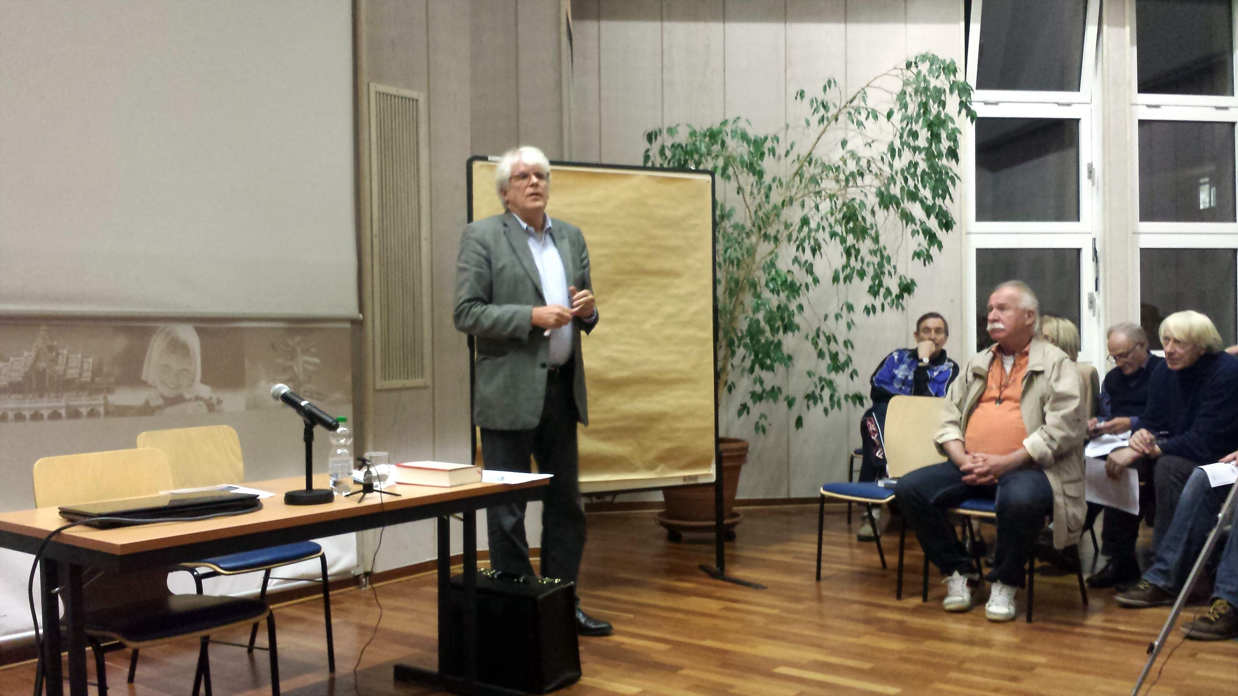 Professor Heinz-J. Bontrup während eines früheren Vortrags an der Auslandsgesellschaft in Dortmund; Foto: Claus-D. Stille