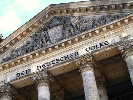 Portal des Reichstages, Sitz des Deutschen Bundestages in Berlin; Foto: Claudia Hautumm via Pixelio.de