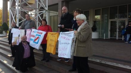 Mitglieder vom Bündnis UMfairTEILEn in Dortmunnd mit ihren Forderungen vorm Rathaus in Dortmund; Fotos: C.-D. Stille