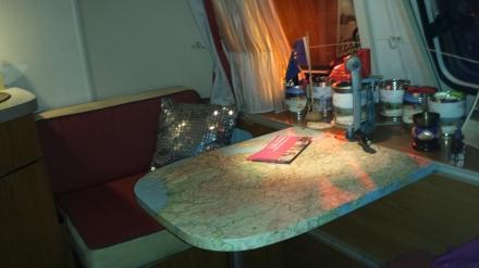Tisch mit Straßenkarte.