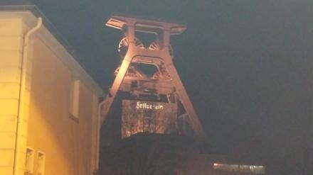 Das Wahrzeichen von Zollverein bei Nacht.