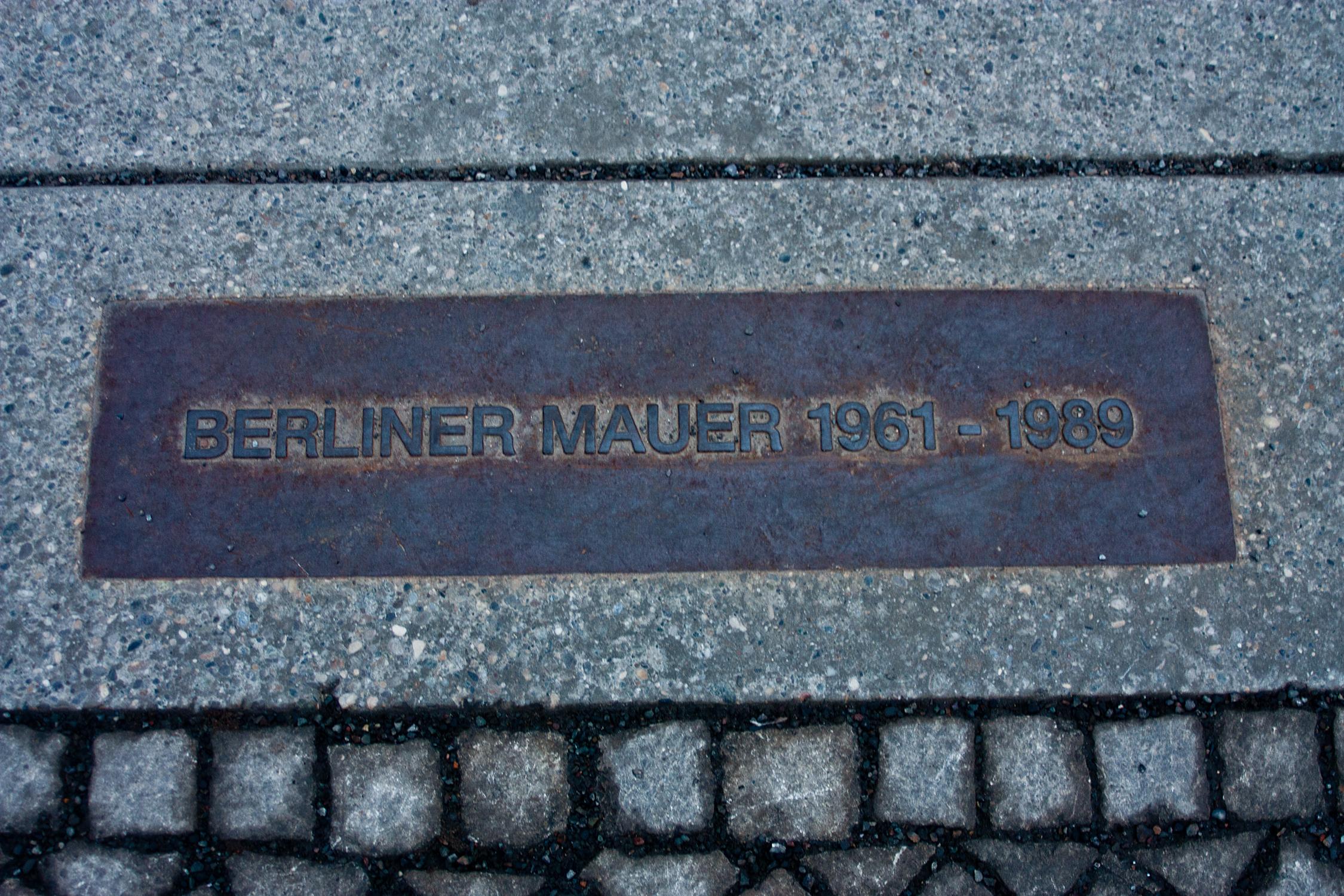 Erinnerung an den Verlauf der Berliner Mauer; Foto: PixelWookie via Pixelio.de