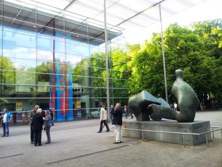 Blick auf den gläsernen Vorbau des Ruhrfestspielhauses mit Henry-Moor-Plastik davor; Fotos: Claus-D. Stille