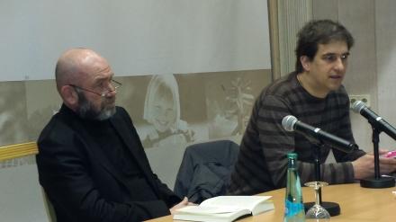 Bruno Schirra (links) zur Lesung aus seinem Buch in Dortmund. Rechts im Bild Moderator Bastian Pütter (BODO e.V.; Foto: Claus-D. Stille