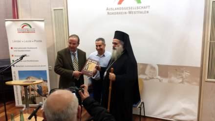 Der Präsident der Auslandsgesellschaft NRW in Dortmund, Klaus Wegener (links) überreicht Erzbischof eine Bibel als Geschenk.