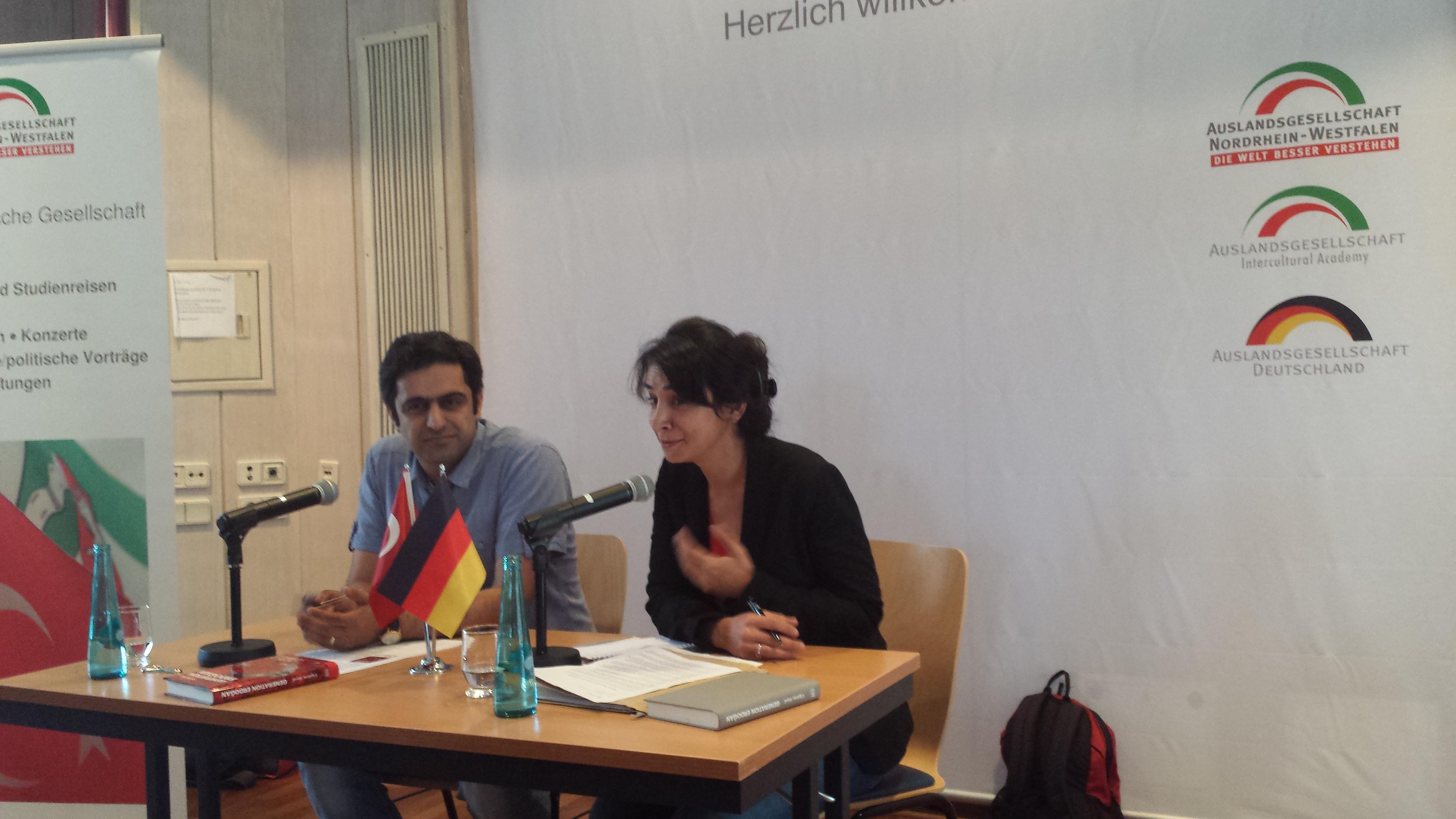 Cigdem Akyol im Bild rechts neben dem Moderator des Abends; Foto: C.-D.Stille