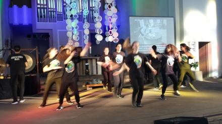 """Bahai-Tanzgruppe """"Steps to Peace World"""" wirbelt über die Bühne."""
