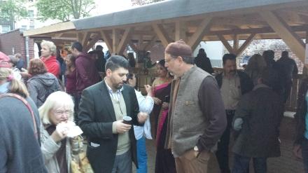 Ein Gemeindemitglied der Al Fath-Gemeinde im Gespräch mit Sheikh Din.