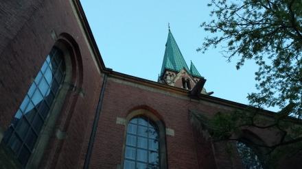 Die Kirchturmspitze der Pauluskirche vom Kirchgarten aus gesehen.