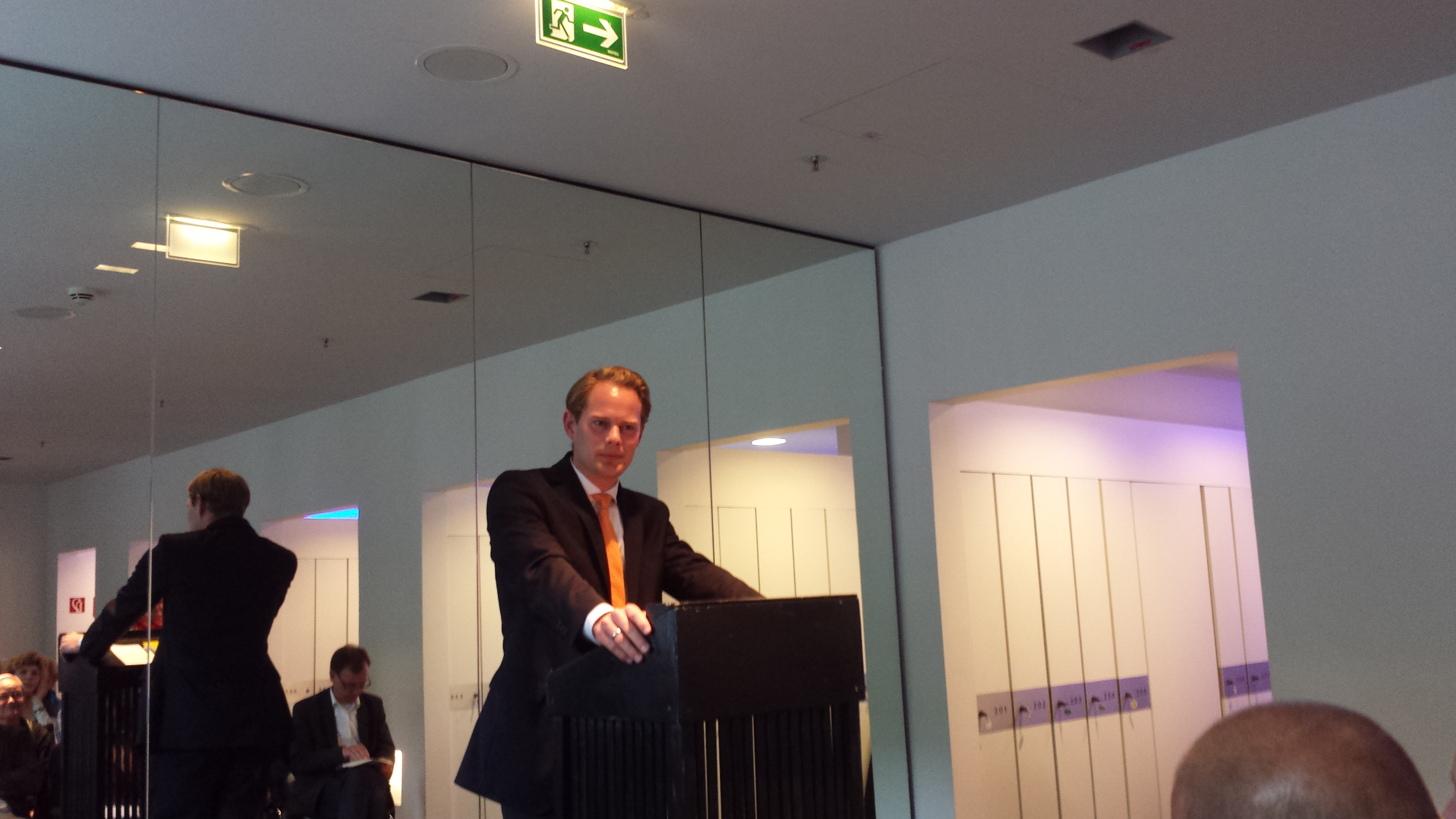 Steffen Kanitz (MdB CDU) mit einem Kinderroman von Erich Kästner.