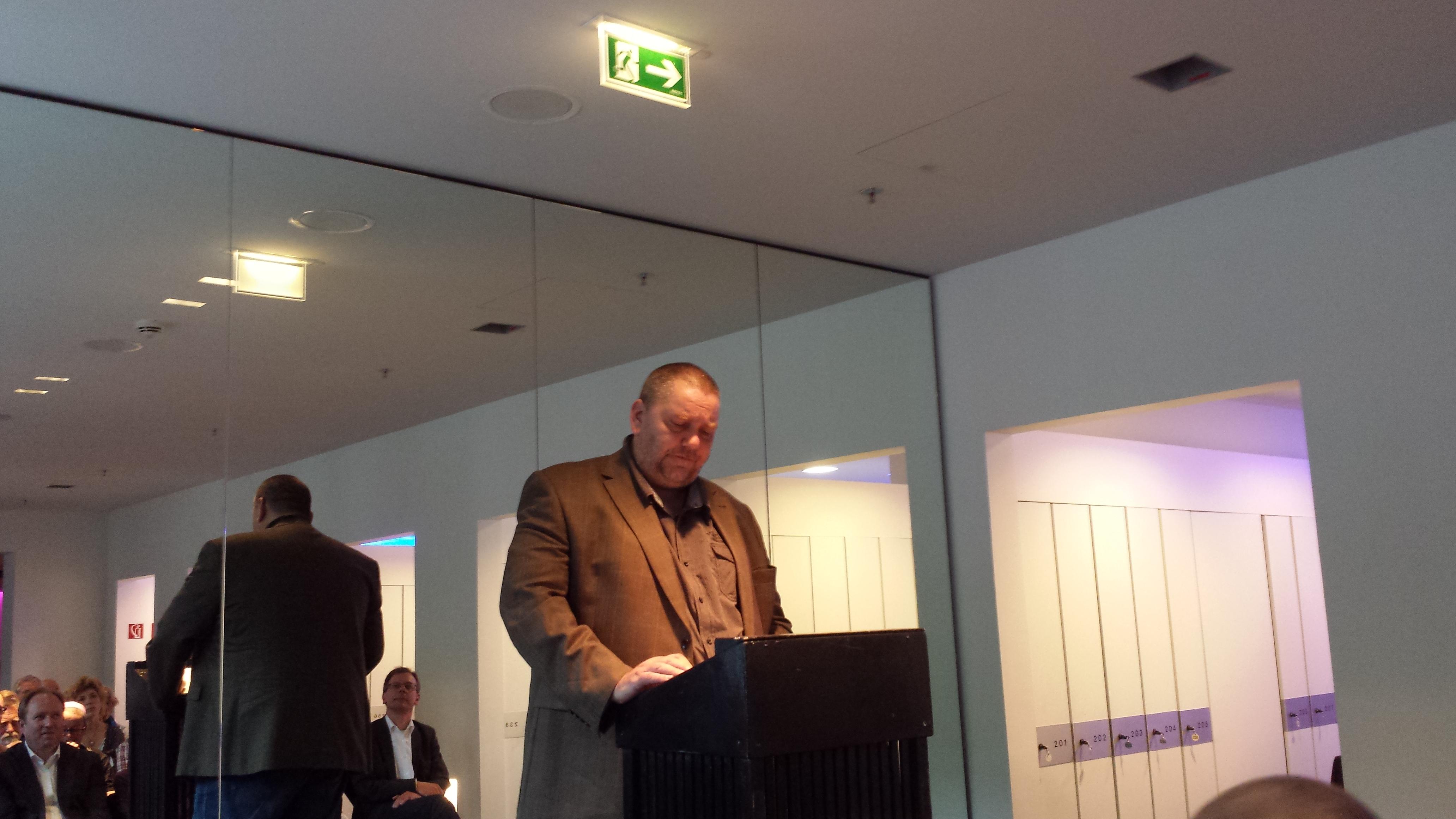Andreas Beck, einer beiden Schauspieler beim lesen eines der Texte.