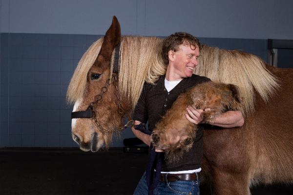 Der Theaterkünstler und Musiker Tjerk Ridder mit seinen Tourbegleitern Hund Dachs und und Zugpferd Elvi; Foto via Tjerk Ridder
