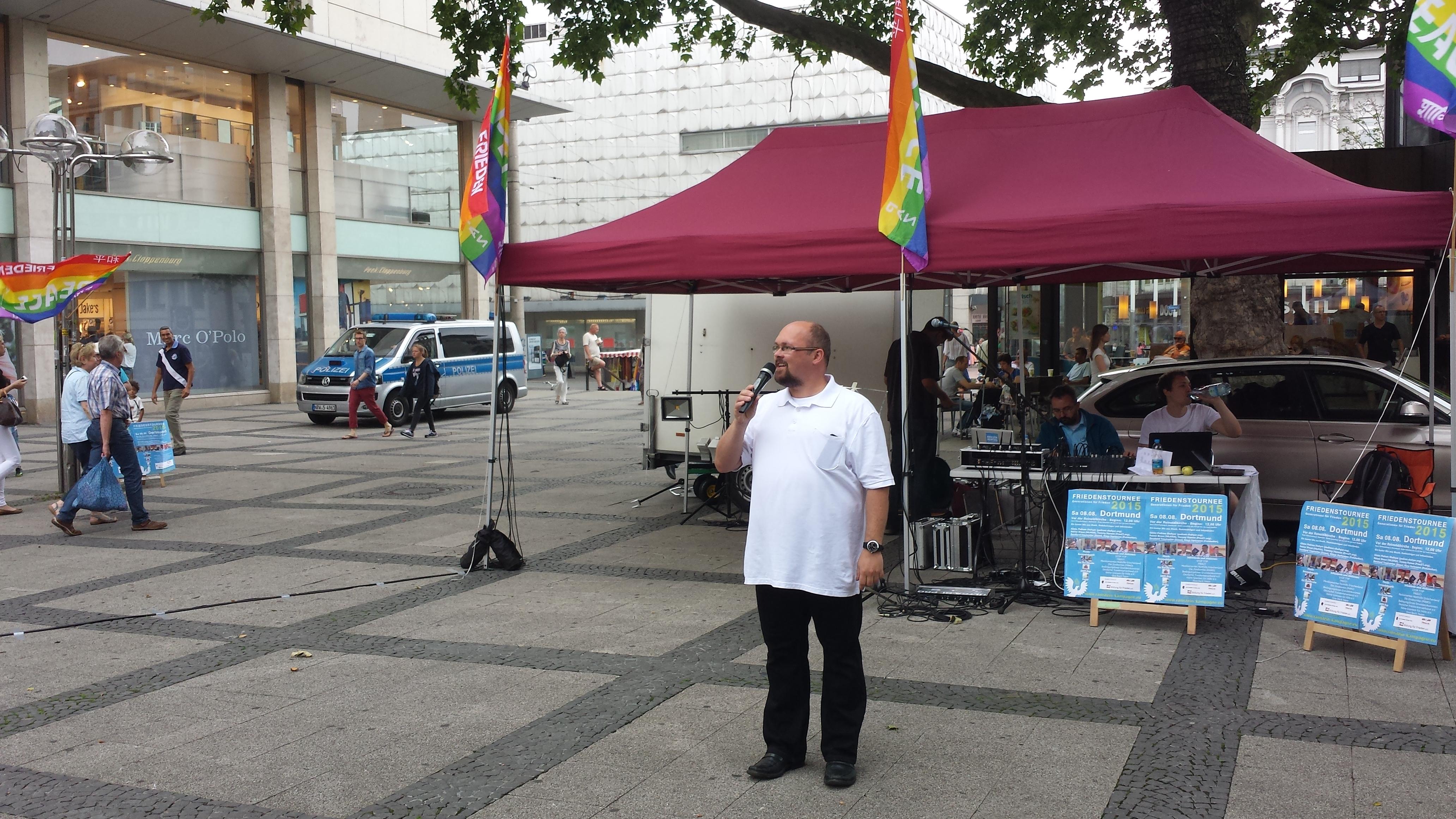 Ingo Meyer ruft für das Dortmunder Bündnis Umfairteilen zur Teilnahme an der Anti-TTIP am 10. Oktober in Berlin auf; Foto: C.-D. Stille