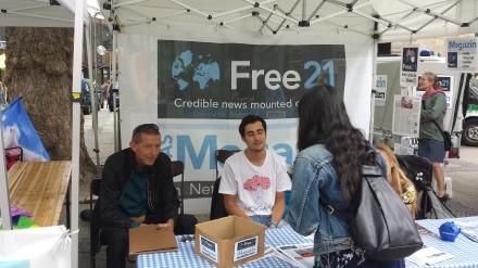 Free21-Chefredakteur Tommy Hansen (links) und Vertriebsmitarbeiter Lukas Puchalski am Infostand des Magazins in Dortmund; Foto: C.-D. Stille