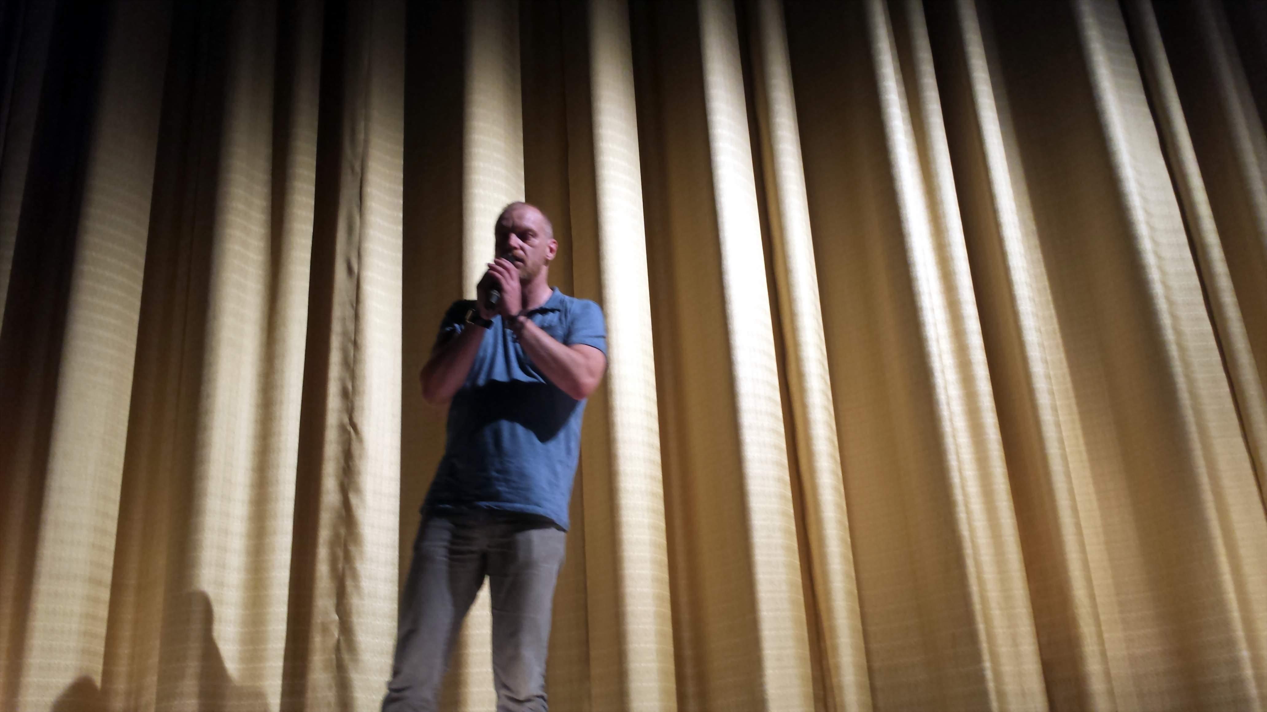 Mark Bartalmai beantwortet nach der Filmvorführung Fragen der Zuschauer; Foto: C.-D. Stille