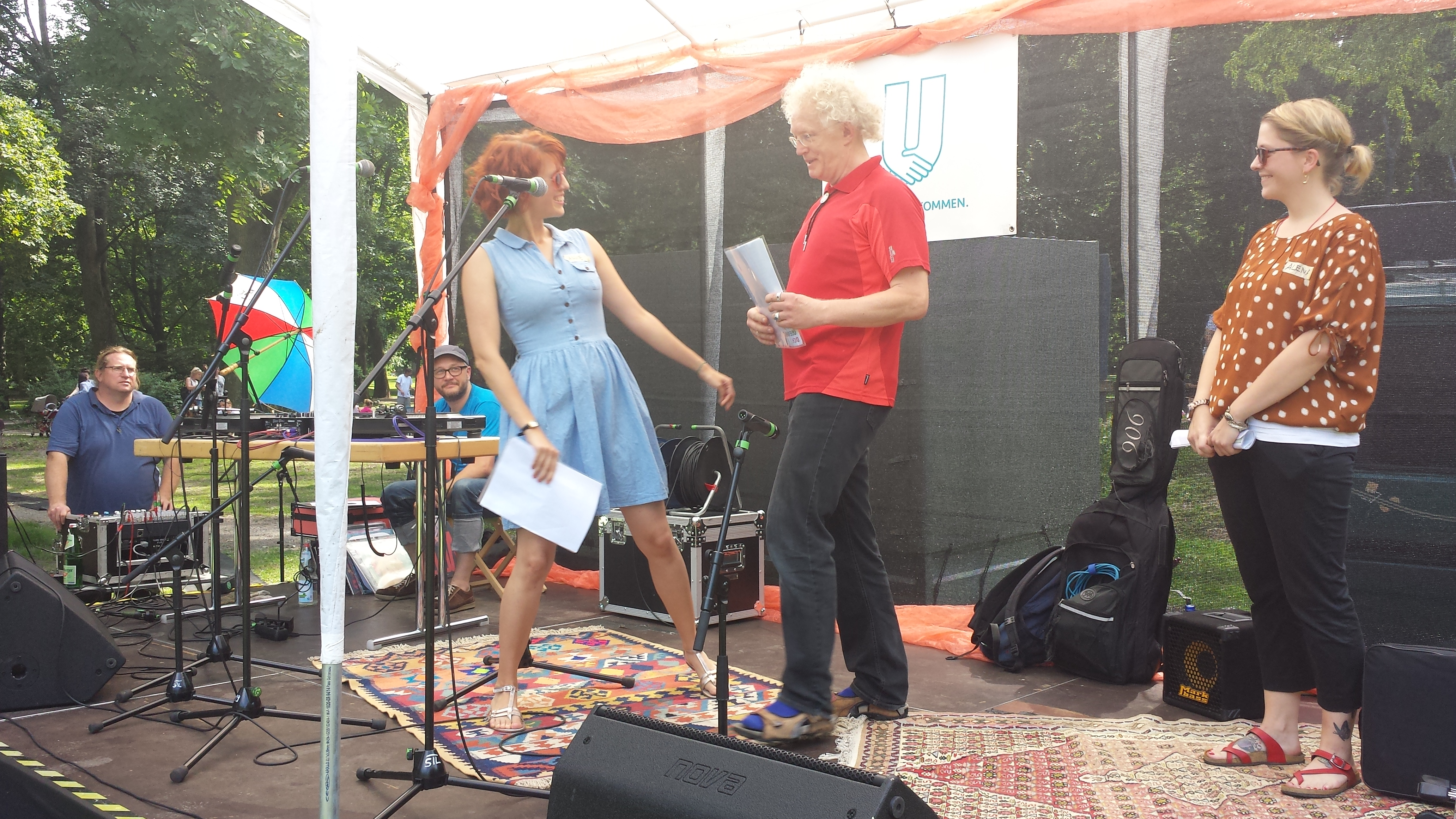 Bezirksbürgermeister Friedrich Fuß (Mitte) eröffnet das Fest; Foto: C.-D. Stille