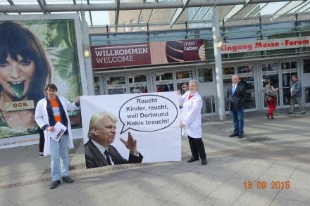 Johannes Spatz (im weißen Kittel rechts) sieht den Dortmunder Oberbürgermeister in der Pflicht; Foto: Forum Rauchfrei
