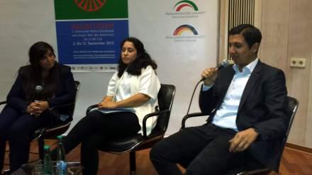 Podiumsdiskussion im letzten Jahr mit einer jungen Leuten. Von links nach rechts: Moderatorin Perjan Wirges, Behara Jasharaj und Jasar Dzemailovski; Fotos: C.-D. Stille