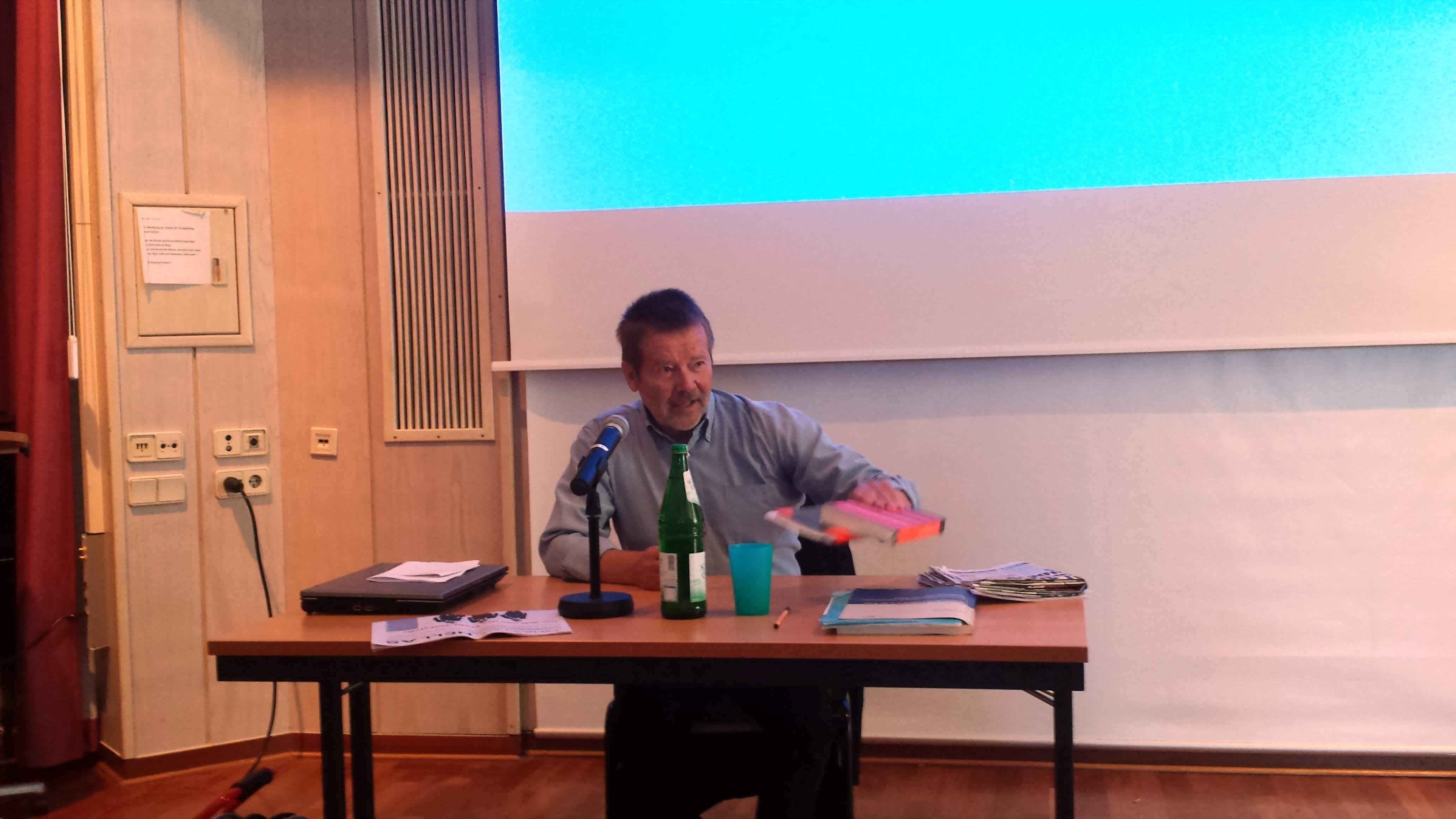 Wolfgang Lieb (hier während eines Referat an der Auslandsgesellschaft Dortmund) zieht sich aus den NachDenkSeiten zurück; Foto: C.-D. Stille