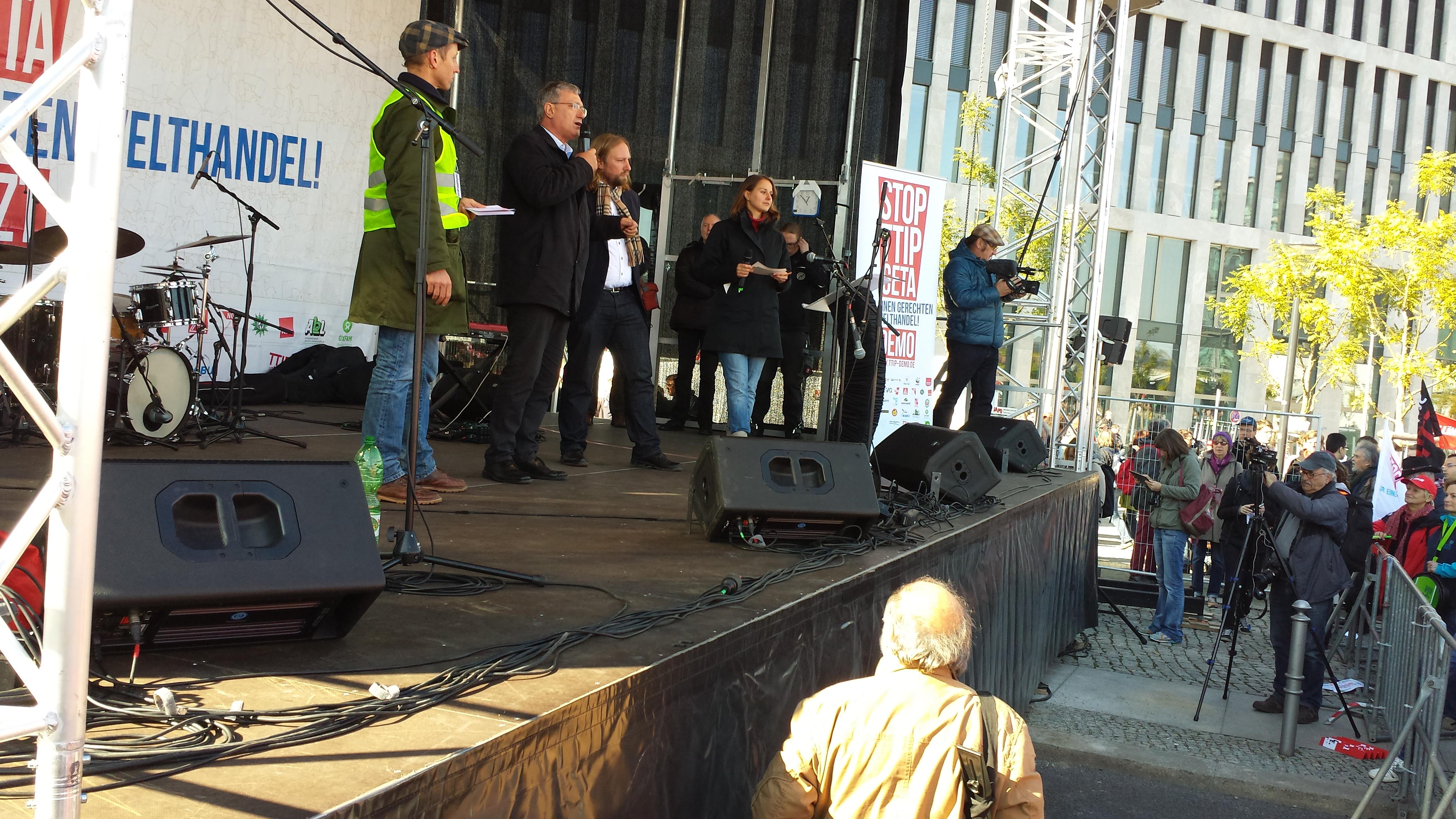 Auf der Seite der Demonstranten am Berliner Hauptbahnhof auch die Politiker Bernd Riexinger und Anton Hofreiter.