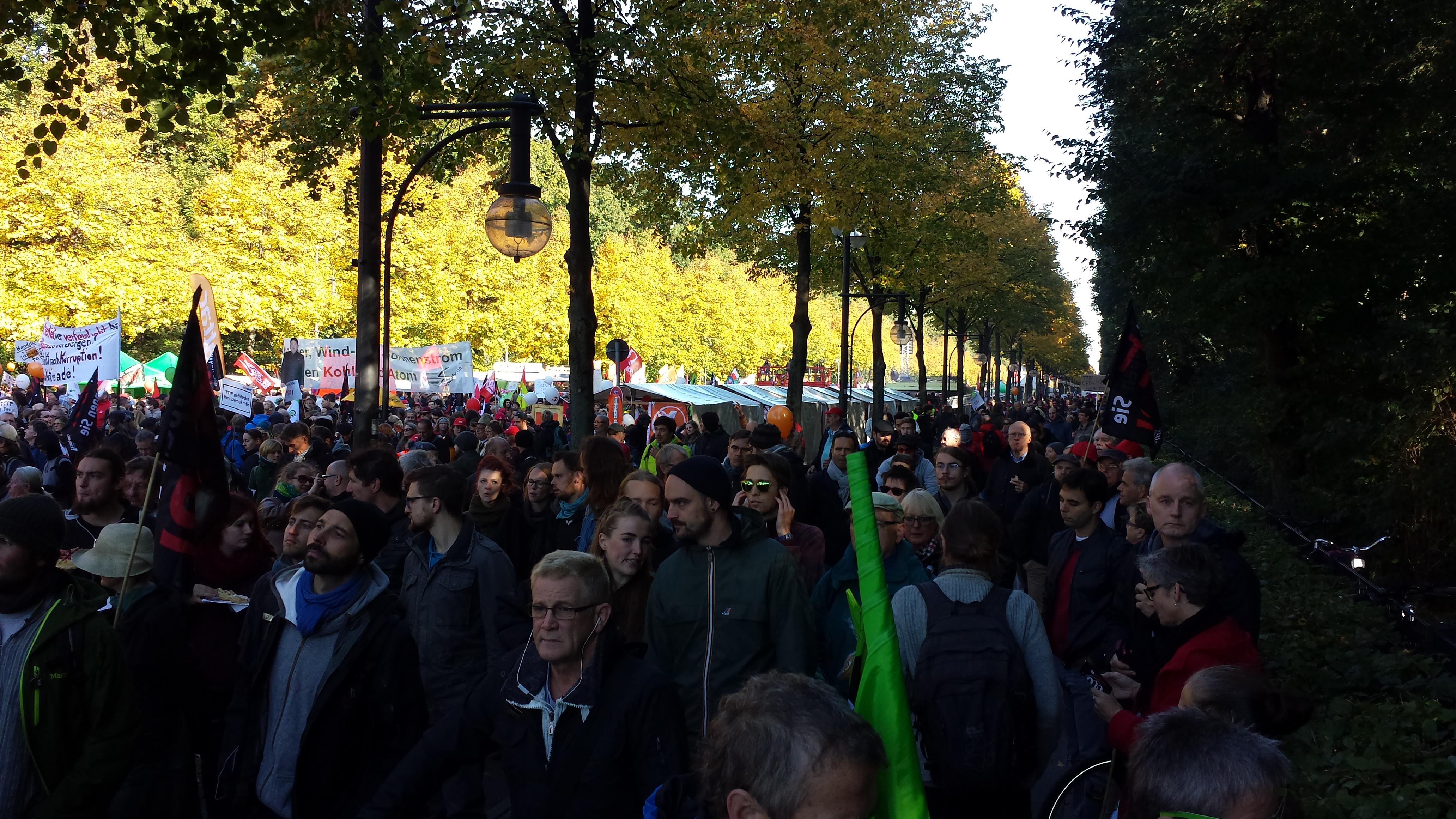 An 250.000 Menschen gegen TTIP kommt die Politik nicht so leicht vorbei; Fotos: C.-D. Stille