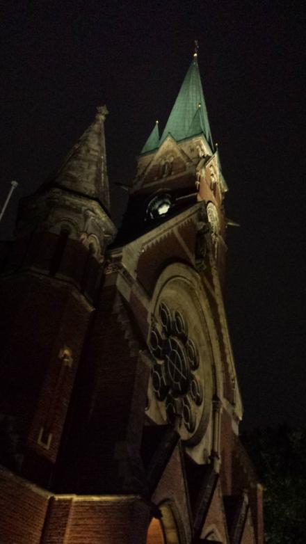 Die Dortmunder Pauluskirche am Abend. Foto: Stille Schützenstraße aus gesehen.