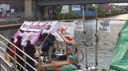 Während die Flüchtlingsfrauen weiter laut auf ihre Lage aufmerksam machen, steigt die Anzahl der unterzubringenden Flüchtlinge - auch in Dortmund - weiter.