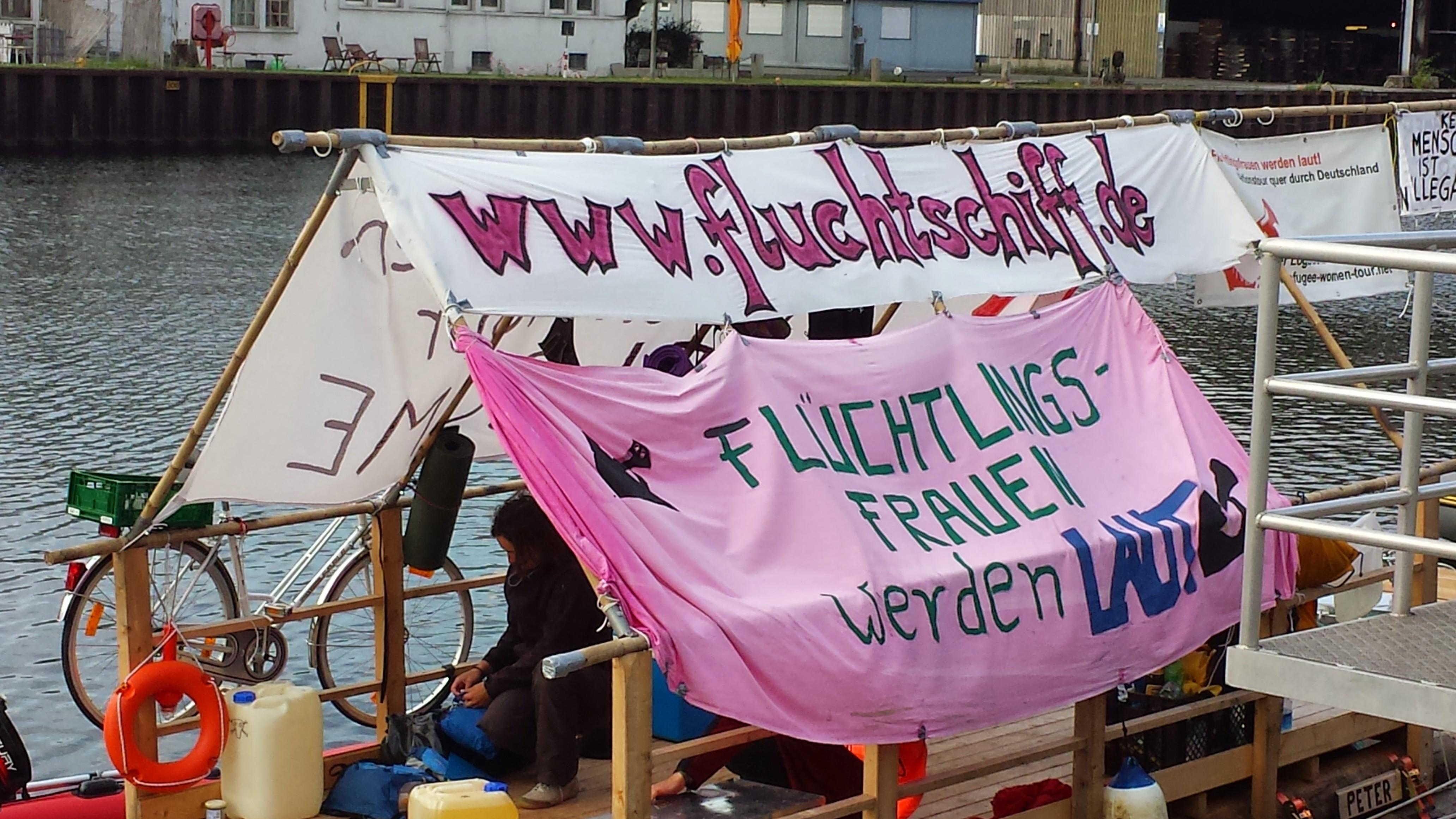 Vor einiger Zeit machte das Fluchtschiff im Dortmunder Hafen fest, um auf die Situation von Flüchtlingsfrauen aufmerksam zu machen. Vom kommenden Dienstag an werden fast an gleicher Stelle 180 Flüchtlinge auf zwei Flusskreuzfahrtschiffen wohnen; Foto: C.-D.Stille