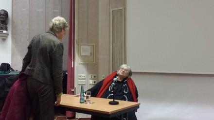 Eine Zuhörerin hat nach der Veranstaltung an der Auslandsgesellschaft NRW Dortmund noch Fragen an die Referentin.