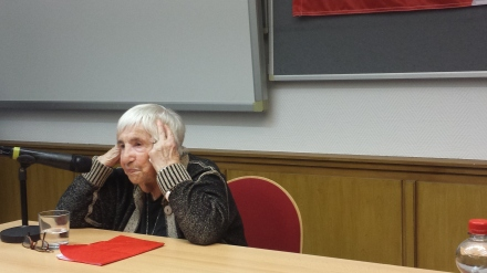 Angesichts der heutigen Welt und des Rechtsrucks bekommt die Auschwitz-Überlebende Esther Bejarano Angst. Sie hat den Aufstieg der Nazis erlebt und erkennt gewisse Parallelen zum Erstarken rechter Kräfte heute. Foto: C. Stille