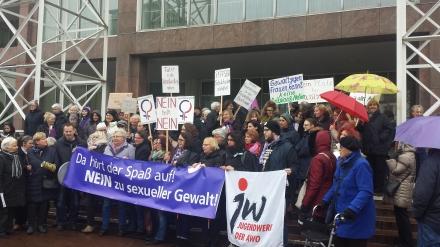 Vertreterinnen eines breiten Dortmunder Bündnisses protetieren vor dem Rathaus der Stadt gegen sexuelle Gewalt und fordern eine Reformierung des § 177 des Strafgesetzbuches; Fotos: C.-D. Stille
