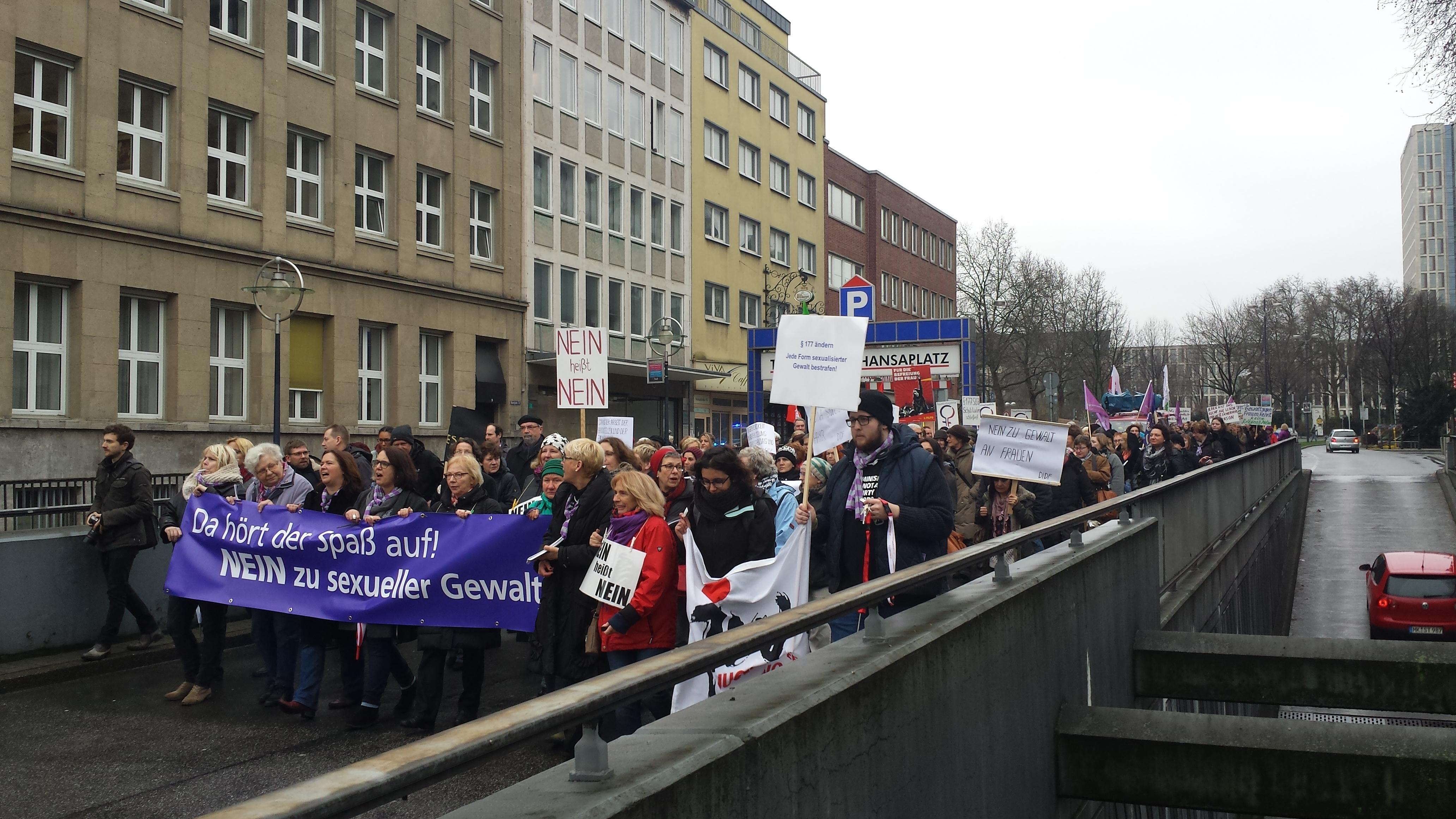 Zirka 200 Demonstrantinnen, unterstützt auch durch Männer, marschieren durch die Stadt.