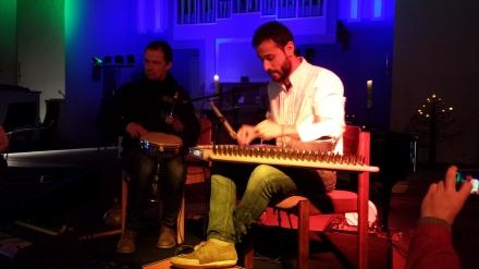 Das Duo Tobias und Tarek begleiteten den Abend musikalisch; Foto: C.-D. Stille
