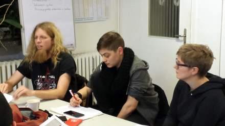 Die Referentin notiert sich die Fragen der jungen Leute.