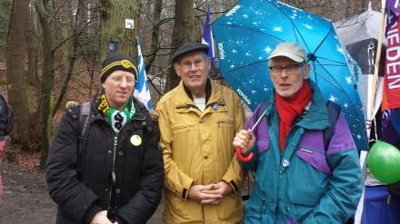 Ostermarsch-Urgestein Willi Hoffmeister (Mitte), der am Karfreitag seinen 83. Geburtstag beging, mit den Teilnehmern des Karfreitagsgedenkens Martin (links) und IG-Metaller Ulli Schnabel (rechts) am Aufstieg zur Bittermark.