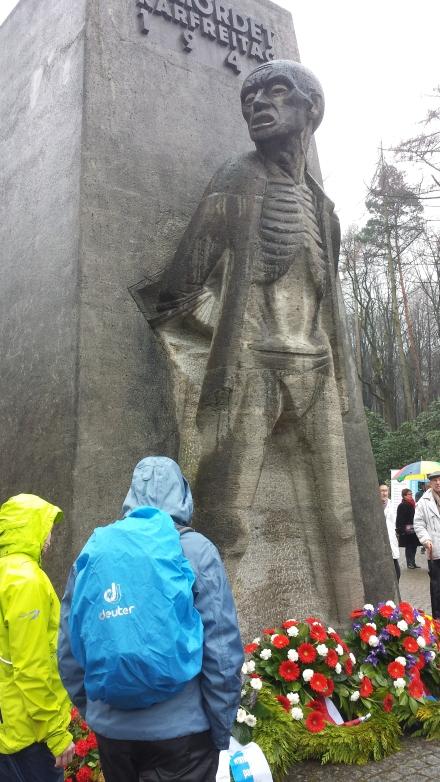 Am Mahnmal in der Bittermark wurden Kränze für die von Nazi-Schergen ermordeten Zwangsarbeiter niedergelegt; Fotos: C.-D. Stille
