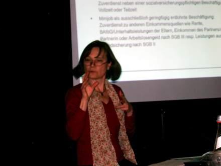 Dr. Cordula Sczesny präsentiert die Fakten aus der Evaluation des Projektes im Wichernhaus Dortmund; Foto: C.-D.Stille